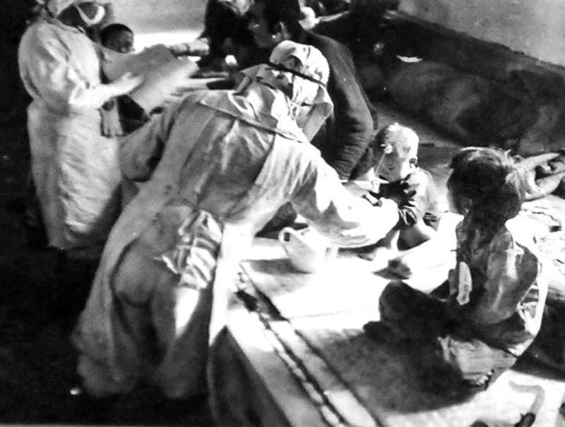 باحثو «الوحدة 731» أثناء إجراء فحوصات على أطفال محتجزين لغرض إجراء التجارب البكتريولوجية، نوفمبر 1940.