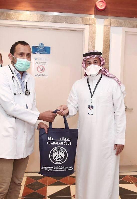 المضحي خلال تكريمه أحد الكوادر الطبية.