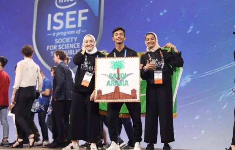 مع زملائه بعد تتويجه في مسابقة (Intel ISEF).