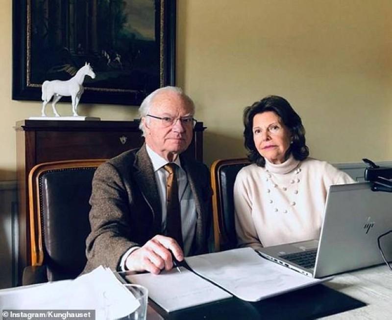 ملك السويد وقرينته في قلعتهما يتابعان الوضع من خلال اللابتوب.