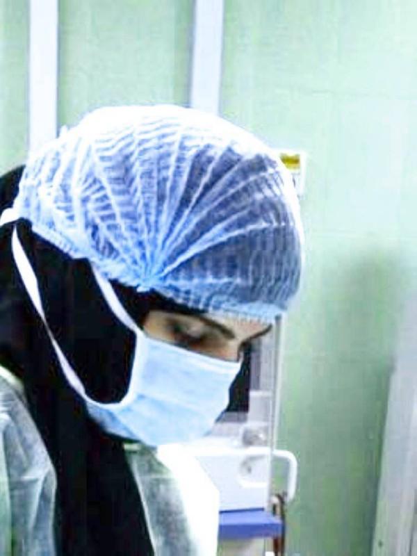 الطبيبة نور الجرباء تشرف على الحالات المصابة مباشرة.