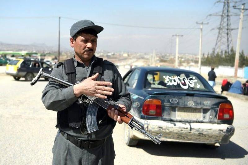 جندي أفغاني قرب موقع الهجوم «الداعشي» على معبد للسيخ أمس. (أ ف ب)