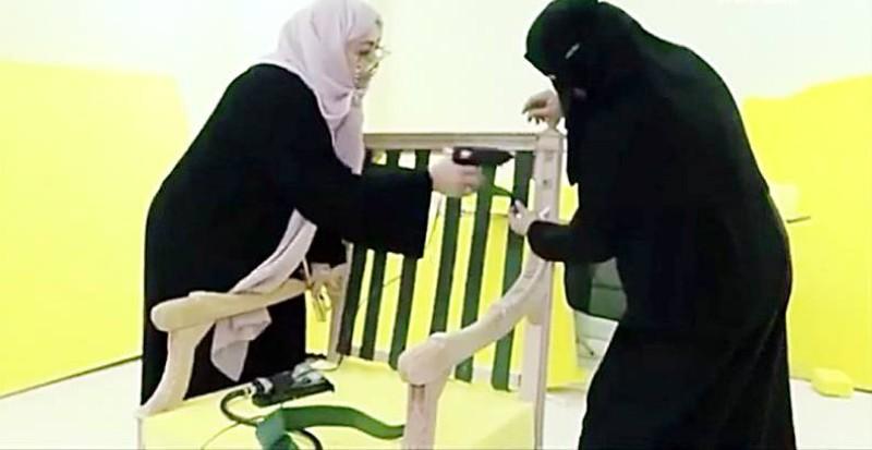 تدريب وتأهيل السعوديات على الحرف والصناعات اليدوية.