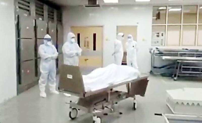 طبيبان مسلمان يؤديان صلاة الجنازة على أحد ضحايا فايروس كورونا في أحد مستشفيات بريطانيا. (متداولة)