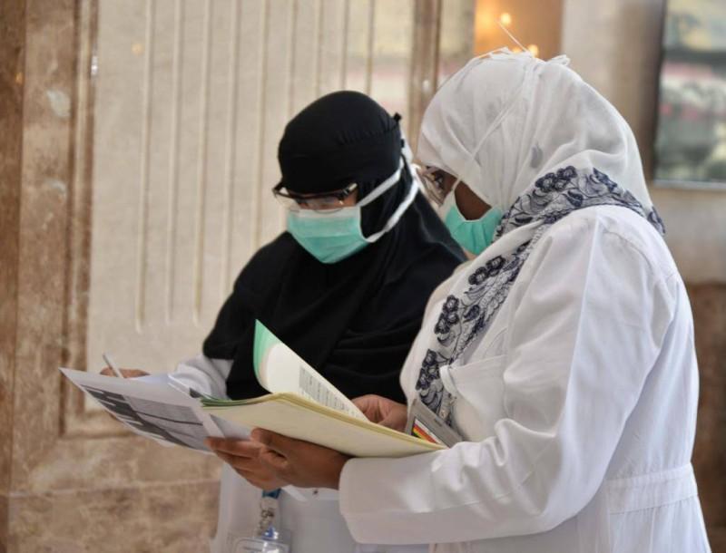طبيبتان تتابعان حالات المرضى.
