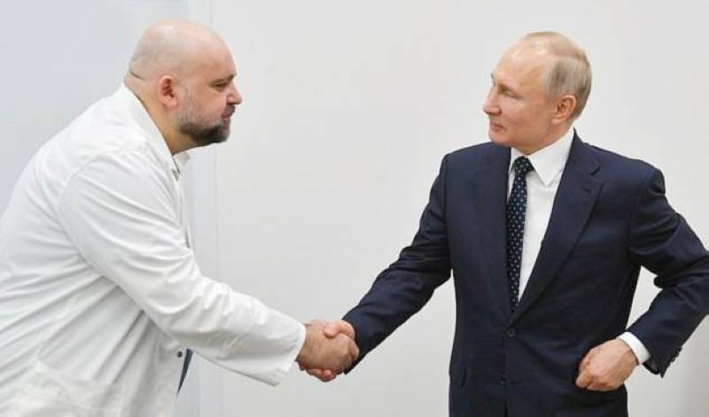 بوتين مصافحاً الطبيب المصاب بـ«كورونا».