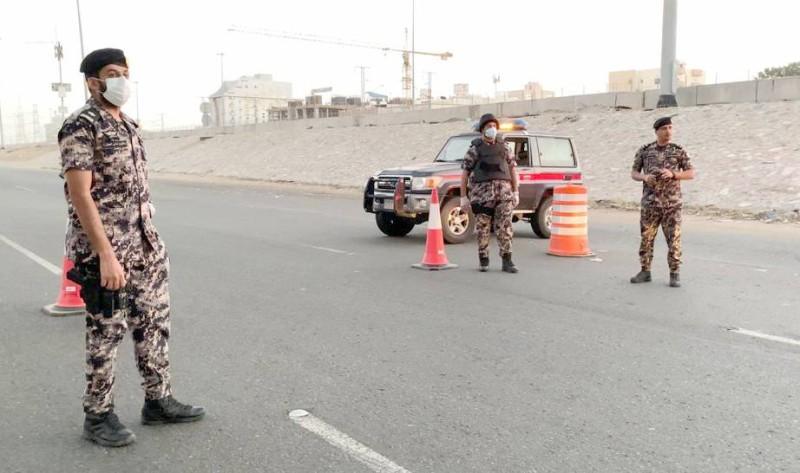 رجال أمن المنشآت مشاركون في تطبيق الإجراءات الاحترازية.