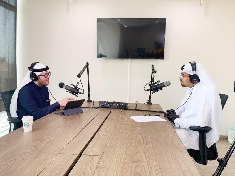 د. حاتم مخدوم متحدثاً عن كورونا عبر برنامج «من .. إلى» في «عكاظ- بودكاست».  (تصوير: عمر حسن)