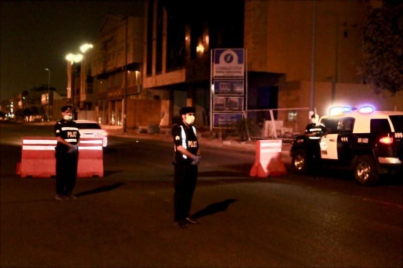 يحافظ رجال الأمن على تطبيق قرارات منع التجول.  (تصوير: ياسر الحربي)