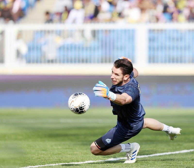 جونز في تدريبات «الإحماء» التي تسبق إحدى مباريات فريق النصر.