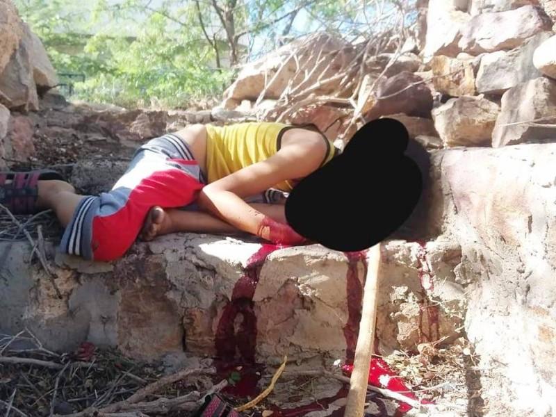 جثة الطفل الذي قتلته المليشيا أمام منزله في عصيفرة أمس. (متداولة)