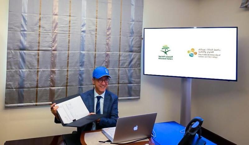 رئيس «كاوست» توني تشان أثناء توقيع مذكرة التفاهم مع «IC» عن بعد.