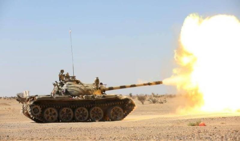 آلية تابعة للشرعية تصوب نيرانها باتجاه المليشيا في البيضاء أمس. (إعلام الجيش اليمني)