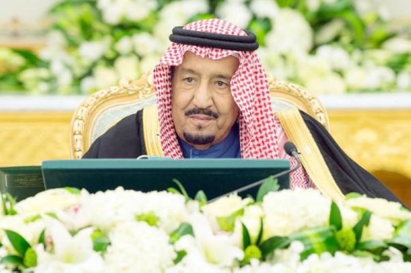 خادم الحرمين خلال ترؤسه جلسة مجلس الوزراء في وقت سابق.