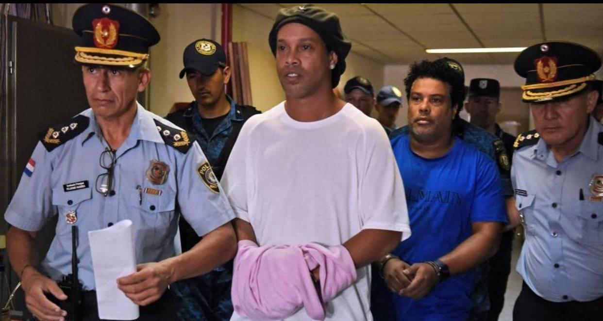 مهاجم برشلونة السابق وشقيقه لحظة القبض عليهما.