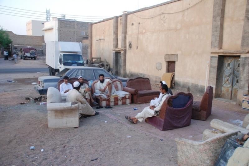 عمالة وافدة في حي العزيزية بمدينة حائل. (عكاظ)