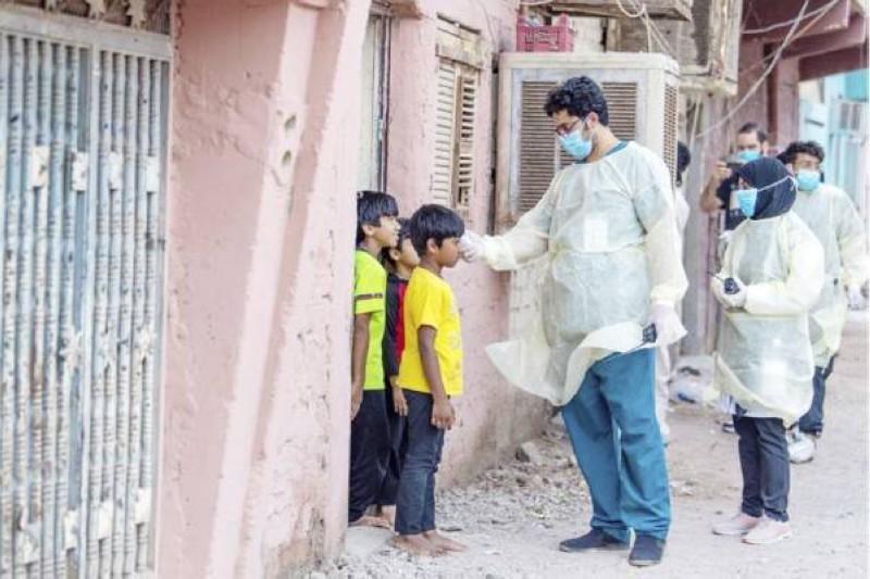 طبيب يفحص أطفالا لأسر مقيمة.