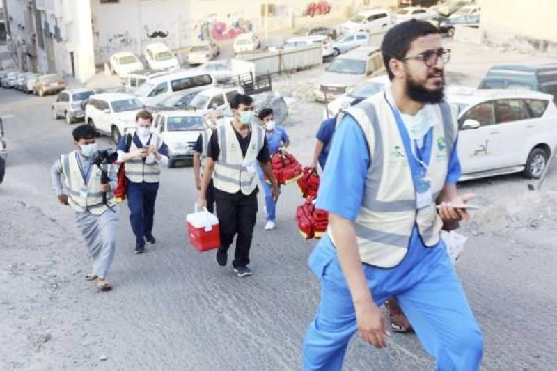 الفرق الطبية تتحرك داخل الأحياء المكتظة للقيام بالفحوصات الميدانية. (وزارة الصحة)
