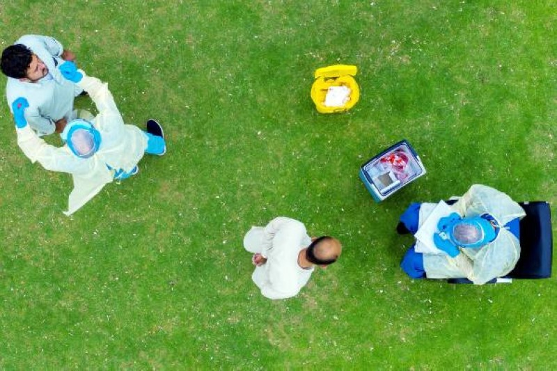 فرق طبية تقوم بالفحص الميداني في إطار جولات المسح النشط.