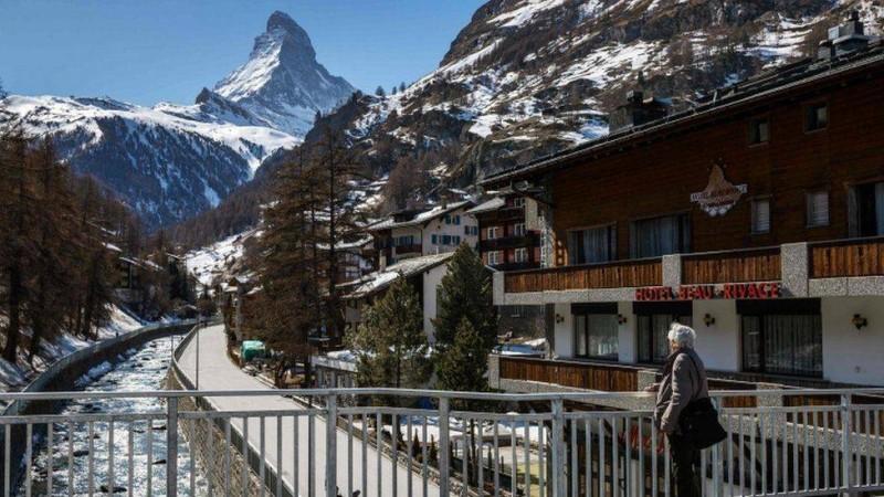 سويسرا تبدأ بتخفيف القيود المفروضة بسبب كورونا.