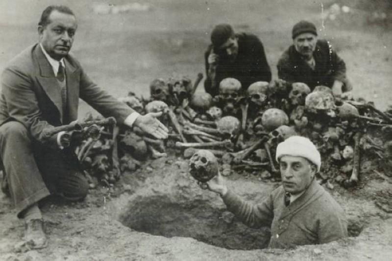 استخراج رفات الضحايا الأرمن من مقبرة جماعية اكتشفت عام 1938 (المصدر متحف الإبادة) الجماعية الأرمنية)