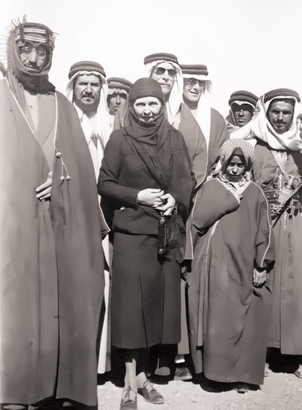 صورة الأميرة البريطانية ألس مع الملك سعود التي تنسب خطأ إلى الأميرة نورة.