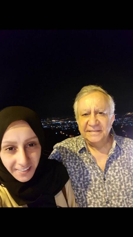 الحمد وإلى جانبه ابنته شريفة.