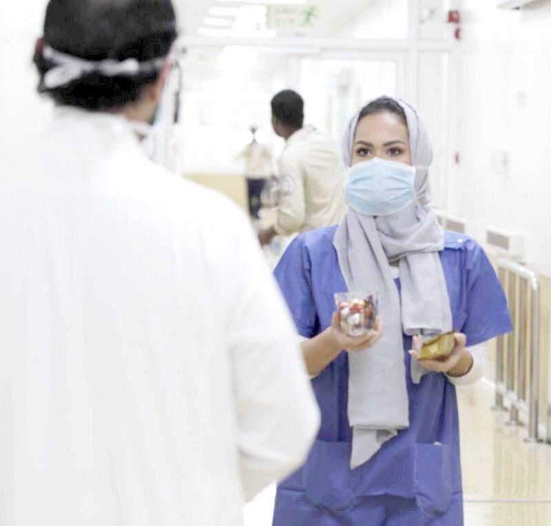ممرضة سعودية توزع الهدايا على المرضى أمس. (تصوير: عمرو سلام)