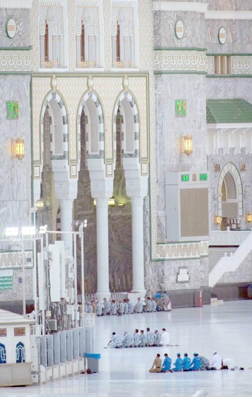 أقيمت صلاة العيد في الحرم المكي أمس (الأحد) في ظل الالتزام التام بالتعليمات والإجراءات الاحترازية.  (تصوير: سامي بوقس)