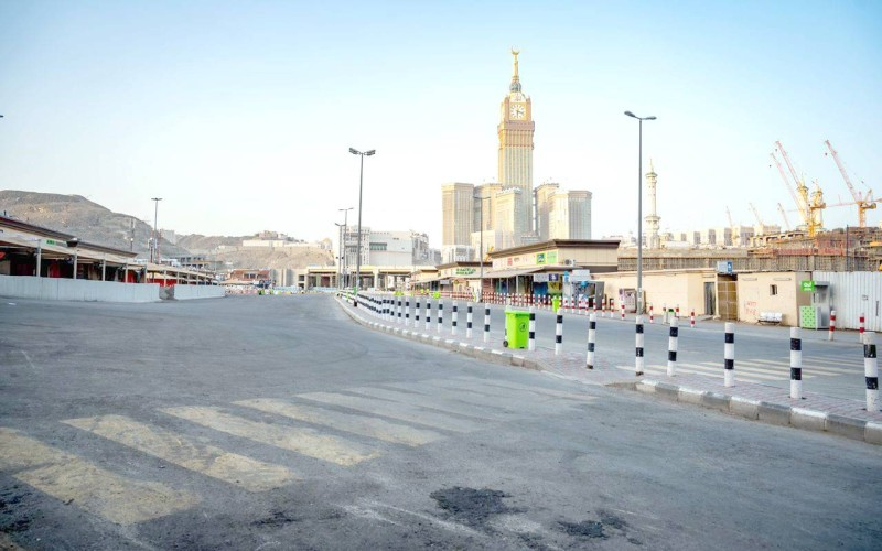 الشوارع المحيطة بالحرم المكي كما بدت أمس خالية من الحركة المرورية.  (تصوير: سامي بوقس)