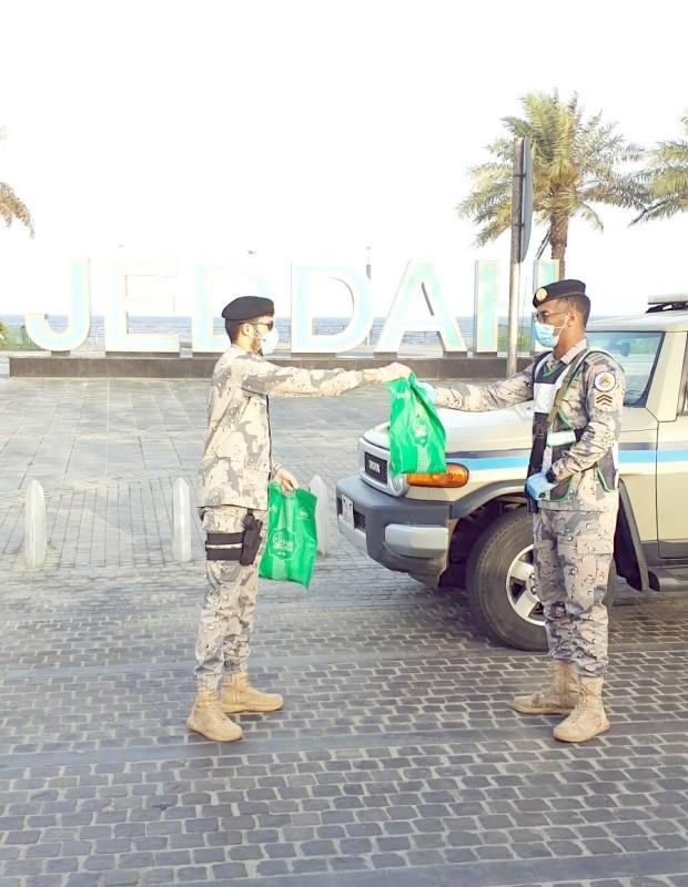 رجال الأمن خلال عملهم الميداني أول أيام عيد الفطر.