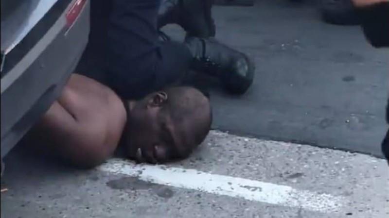 الشرطي الأمريكي لحظة اعتقال مواطن من أصول أفريقية.