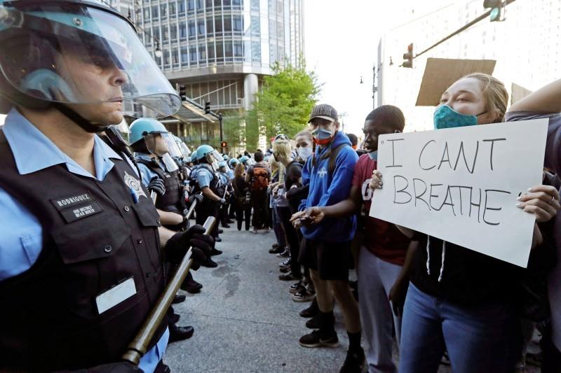 متظاهرون في شيكاغو يرفعون لافتة «لا أستطيع أن اتنفس» احتجاجا على خنق جوروج فلويد.  (متداولة)