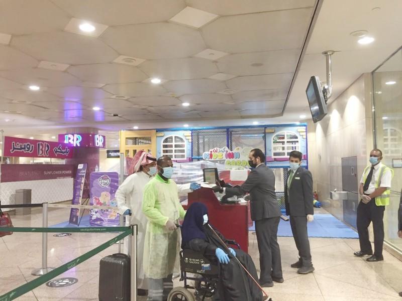 إجراءات احترازية في صالات المطار.