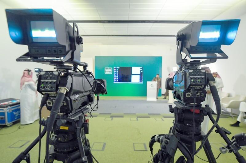 الاستعدادات المبكرة للإيجاز الصحفي اليومي، ويظهر المتحدث الأمني باسم وزارة الداخلية متهيئاً للمؤتمر.