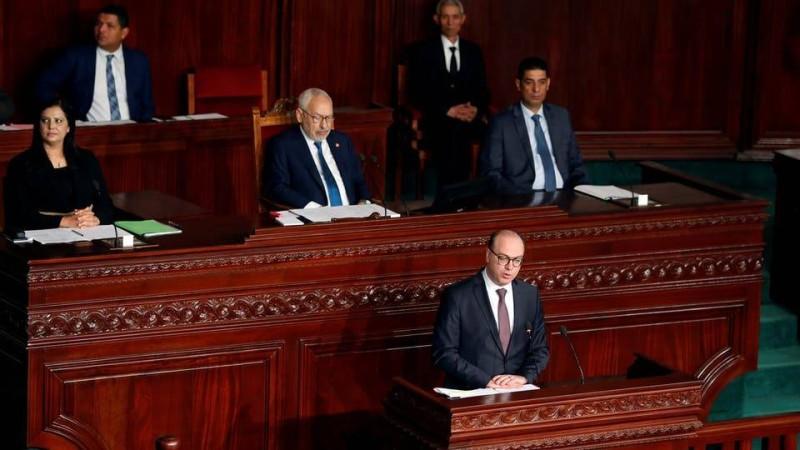 رئيس حكومة تونس وخلفه الغنوشي.