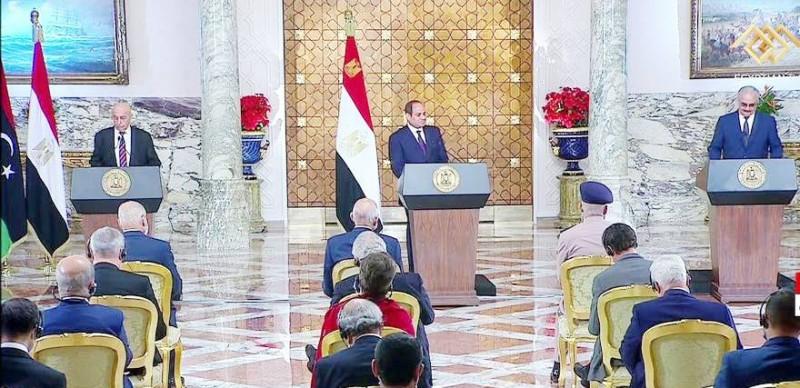 السيسي يتوسط حفتر وعقيلة خلال المؤتمر الصحفي في القاهرة أمس.