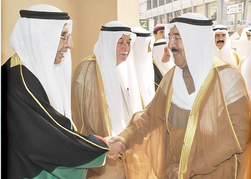 أمير الكويت الشيخ صباح الأحمد يصافح الوجيه محمد طاهر البغلي.