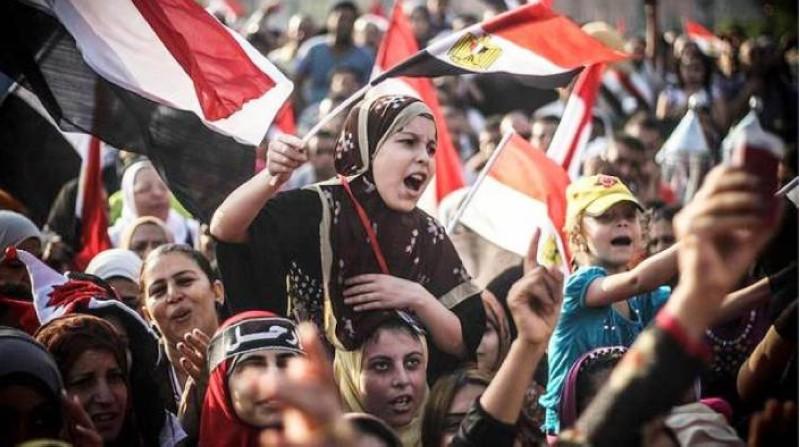 مصريون يرفعون العلم الوطني احتفالا بذكرى ثورة 30يونيو وسقوط الإخوان.