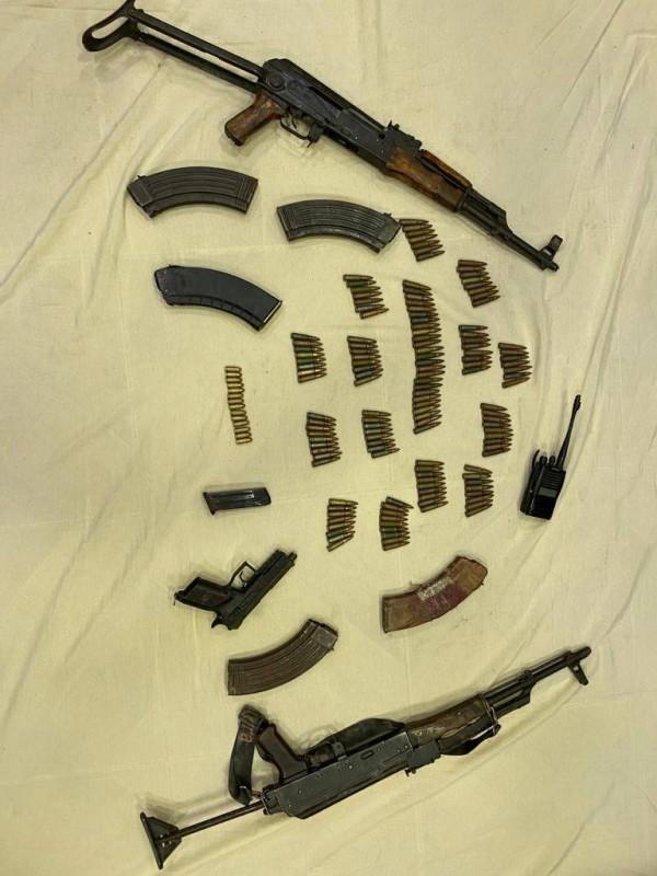 أسلحة وذخيرة ضبطت بحوزة الإرهابيين.