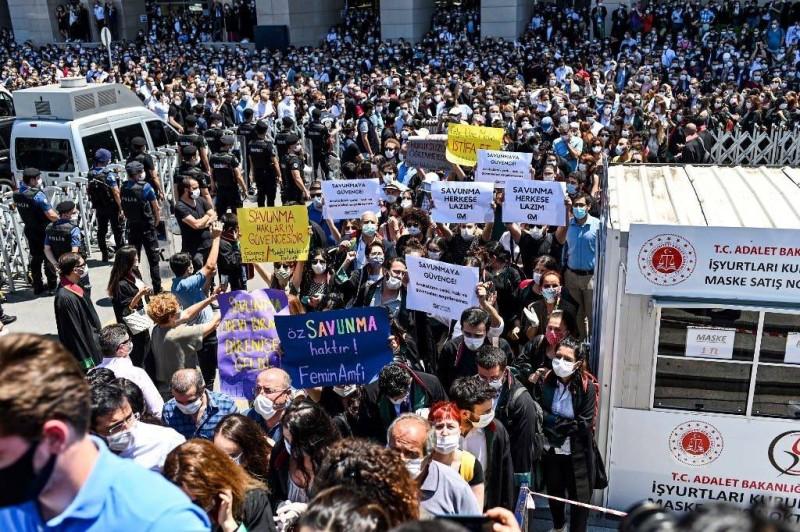 المحامون ينتفضون في إسطنبول ضد نظام أردوغان أمس.