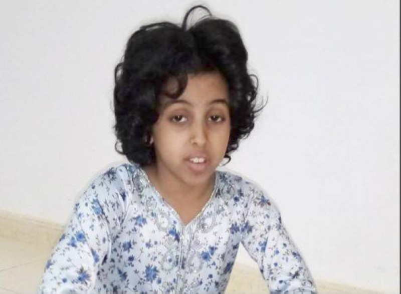 الطفلة ريم العامري تعاني من التوحد ويأمل ذووها توفير مراكز متخصصة لرعايتها في شرورة.