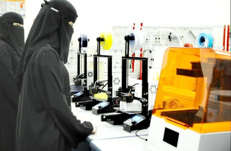 طالبات الكلية يشاركن في عمليات مراقبة عمل الأجهزة وجودة المنتجات وتغليفها وتجميعها.