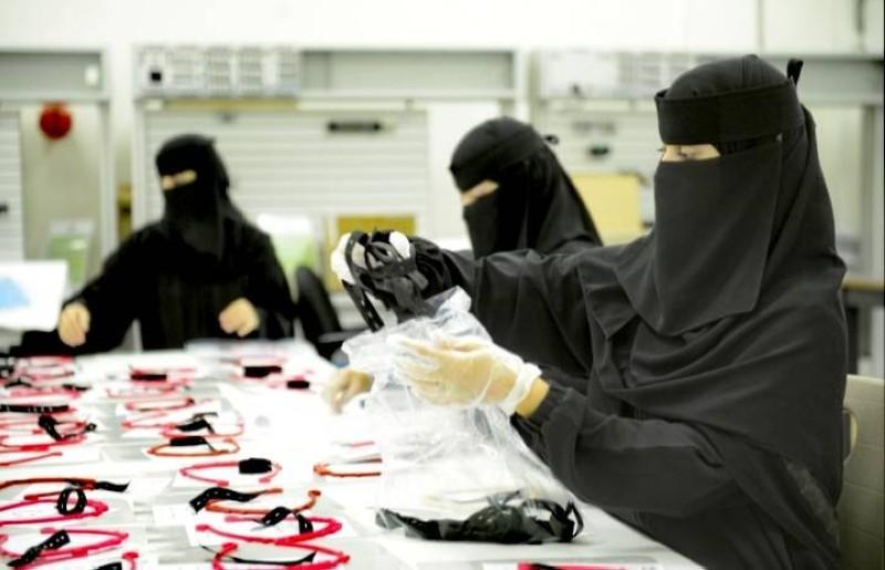 طالبات يشاركن في تصنيع منتجات الوقاية الصحية وقطع غيار أجهزة التنفس الصناعي.
