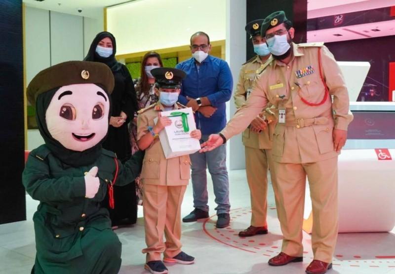 الطفل بالزي الرسمي في مركز الشرطة الذكي SPS بدبي
