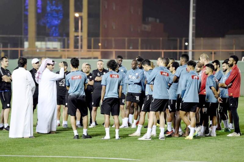 خالد البلطان في اجتماع سابق مع اللاعبين والجهازين الفني والإداري.
