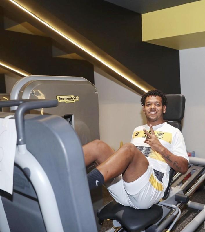 البرازيلي رومارينهو أثناء أداء تمارين تقوية العضلات بصالة اللياقة والحديد بنادي الاتحاد.
