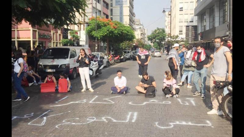 لبنانيون يقطعون طريق الحمرا في بيروت تضامناً مع المنتحر علي الهق أمس. (عكاظ)