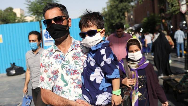 عائلة إيرانية ترتدي الكمامة وسط تفشى الوباء في أرجاء البلاد مخلفاً 136 حالة وفاة أمس.