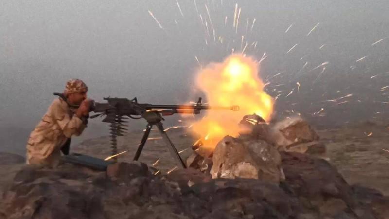 جندي يمني أثناء المواجهات مع المليشيا الحوثية في مديرية مريس بمحافظة الضالع أمس.(إعلام الجيش)